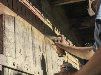 Comment peindre du bois à la bombe de peinture